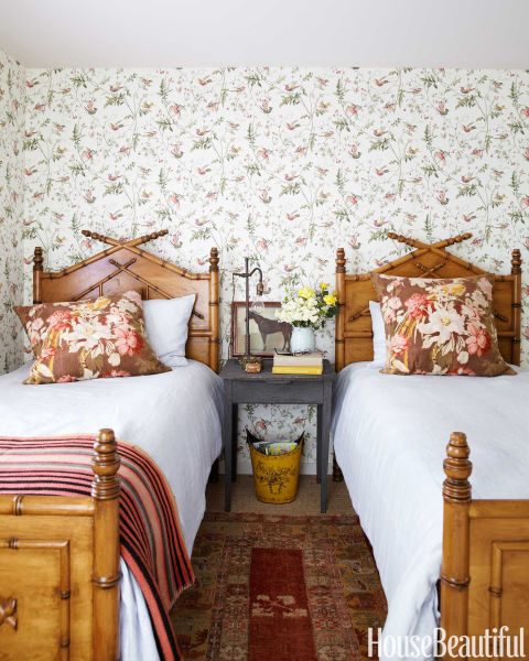 granny-florals-wallpaper-pillows-interior-design-ideas-fall-trends