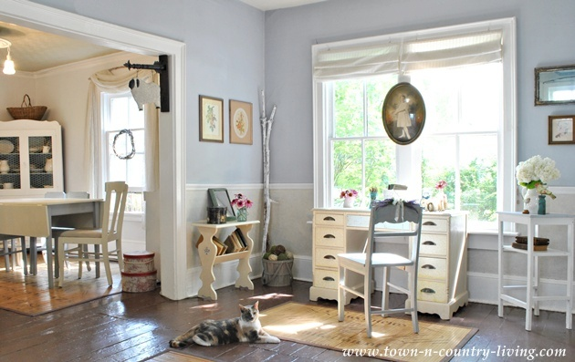 Cottage office Beautiful Country Cottage Country Kitchen Country Living Room Country Office Design Design Trends Interior Design Kitchen Lamp Living Room Modern Farmhouse Exterior Classic Casual Country Cottage Style