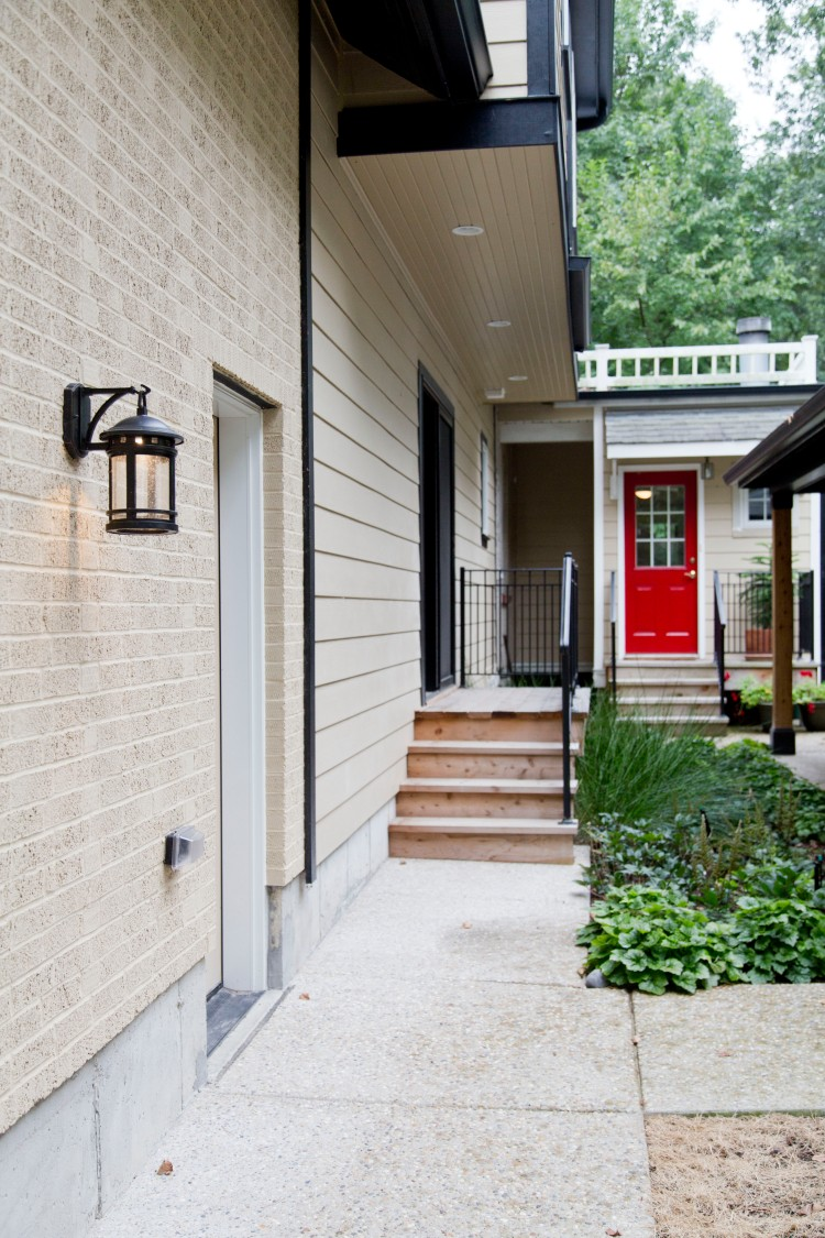 jeffkeil_234-home-exterior-beautiful-landscaping-pop-of-color-outdoor-lighting-lantern-stone-pathway