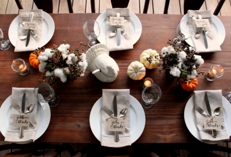 thanksgiving-table-setting-with-white-dishes-and-linen-napkins